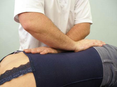 a manipulación vertebral trata los bloqueos a nivel vertebral, ayudando a reestablecer el equilibrio vertebral que repercuten sobre otras partes del cuerpo