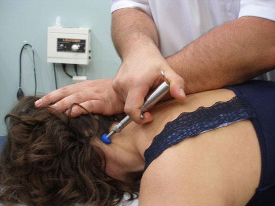 El percutor estructural consiste en un martillo mecánico que dispara una fuerza controlada y dirigida al punto de tratamiento obligando al sistema nervioso a desbloquearse tras el ajuste del fisioterapeuta